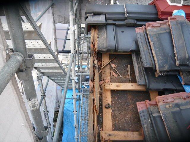 袖瓦の内側による雨漏り1
